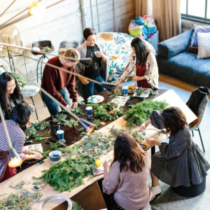 des femmes qui participent à un teambuilding avec des fleurs