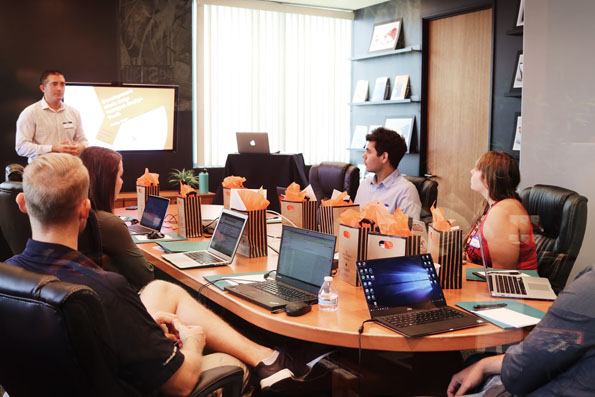 réunion d'une équipe marketing et ventes