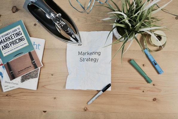 feuille sur laquelle est indiquée stratégie marketing
